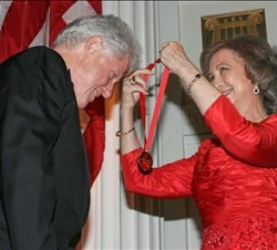 Su Majestad la Reina impone al ex Presidente de los Estados Unidos de América, William Jefferson Clinton, la Medalla de Oro del Queen Sofía Spanish In