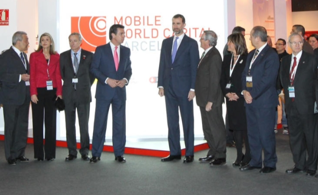 Don Felipe y el resto de autoridades, en el stand de Mobile World Capital Barcelona