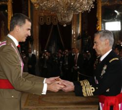 "Su Majestad el Rey recibe de manos del jefe del Estado Mayor de la Defensa la ""Bengala de Capitán General"""