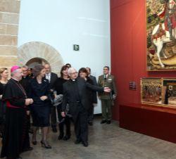 Sofia durante a visita a turnê com o retábulo de San Jorge, feita no século XV pelo pintor Pere Niçard