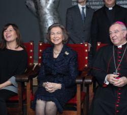 Sofia durante a exibição do vídeo sobre a vida de Ramon Llull, juntamente com o presidente das Ilhas Baleares, Francina Armengol e gerencia