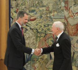 Don Felipe recibe el saludo del Sr. William Lacy Swing, director general de la Organización Internacional para las Migraciones