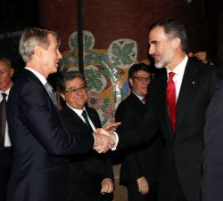 Su Majestad el Rey recibe el saludo del director general GSM Association, Mats Granryd