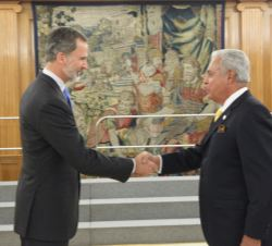 Su Majestad el Rey recibe el saludo del presidente de la World Jurist Association, Franklin Teodoro Hoet Linares