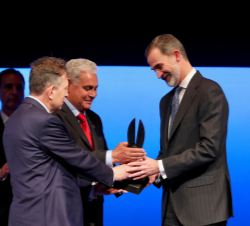 "Su Majestad el Rey recibe el ""World Peace & liberty Award"""