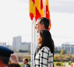 Sus Majestades los Reyes durante la interpretación del Himno Nacional