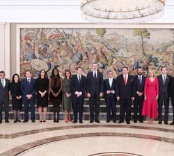 """Fotografía de grupo de Su Majestad el Rey con el Comité Organizador del """"Global Youth Leadership Forum"""""""