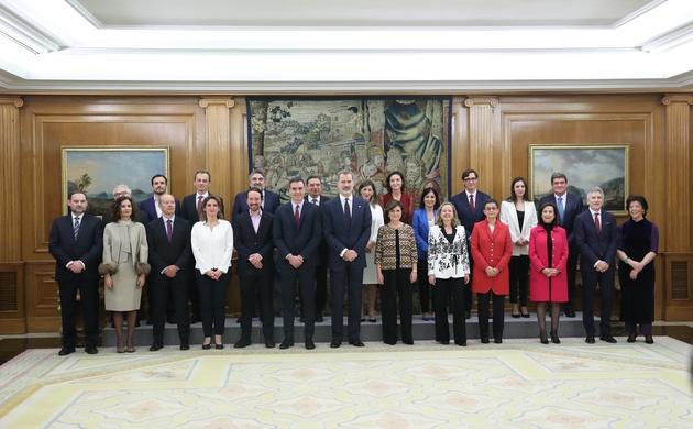 Fotografía de grupo de Su Majestad el Rey con los nuevos miembros del Gobierno