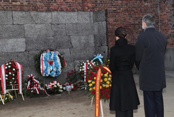 """Don Felipe y Doña Letizia en un momento de recogimiento frente al """"Muro de la muerte"""""""