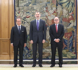 Su Majestad el Rey junto al presidente de International Airlines Group (IAG), Antonio Vázquez y al presidente de Iberia, Luis Gallego