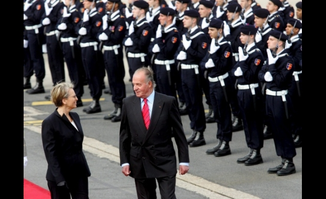 Don Juan Carlos con la Ministra de Defensa, Michelle Alliot-Marie