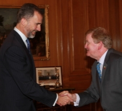 Su Alteza Real el Príncipe de Asturas recibe el saludo del Sr. Michael  Reynolds, presidente de la International Bar Association (IBA)