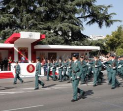 Vista de la Tribuna Real al paso de un Batallón de la Guardia Civil