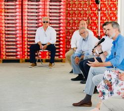 """Don Felipe durante su intervención en la reunión de trabajo en la Cooperativa de frutas """"La Carrichosa"""""""