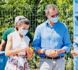 """Sus Majestades los Reyes observan la fruta recolectada en la Cooperativa de frutas """"La Carrichosa"""""""