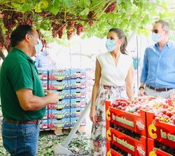 """Sus Majestades los Reyes conversan con trabajadores de la Cooperativa de frutas """"La Carrichosa"""""""
