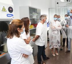 Sus Majestades los Reyes conversan con cientificos del Instituto Murciano de Investigación Biosanitaria (IMIB)