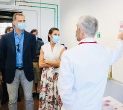 Sus Majestades los Reyes durante su recorrido por el Instituto Murciano de Investigación Biosanitaria (IMIB)