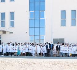 Fotografía de grupo de Sus Majestades los Reyes con trabajadores del Instituto Murciano de Investigación Biosanitaria (IMIB)