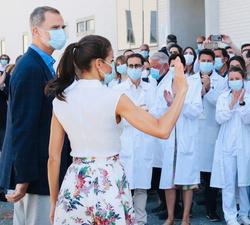 Sus Majestades los Reyes se despiden de los trabajadores del Instituto Murciano de Investigación Biosanitaria (IMIB)