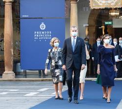 Don Felipe, Doña Letizia y Doña Sofía acompañados de Sus Altezas Reales