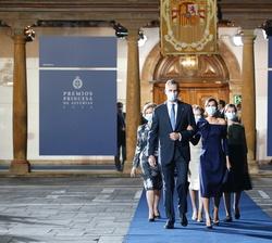 Sus Majestades los Reyes tras finalizar el acto abandonan el Salón Covadonga acompañados de Su Majestad la Reina Doña Sofía y Sus Altezas Reales la Pr