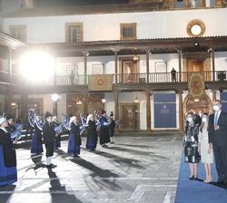 Sus Majestades los Reyes, Su Majestad la Reina Doña Sofía y Sus Altezas Reales atienden a la intereptación del Xarreru finalizada la ceremonia de entr